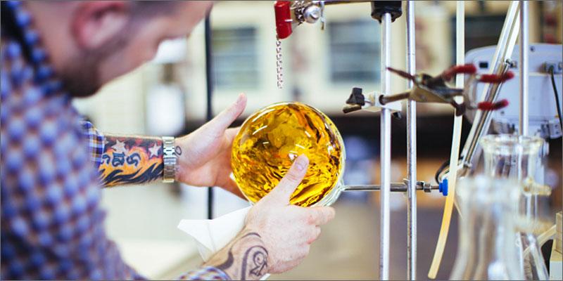 Процесс создания шара из масла каннабиса