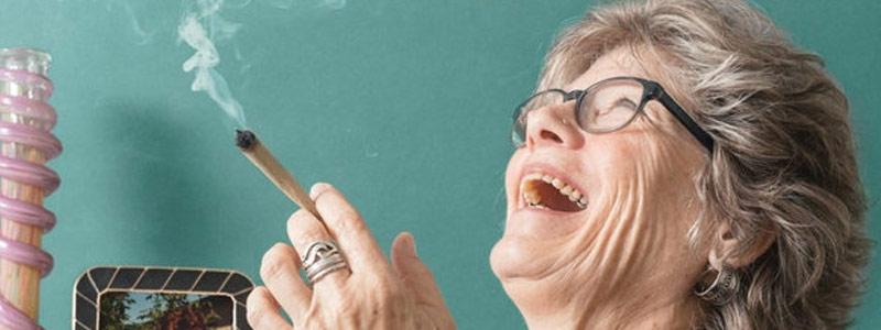 Бабушка веселится под каннабисом