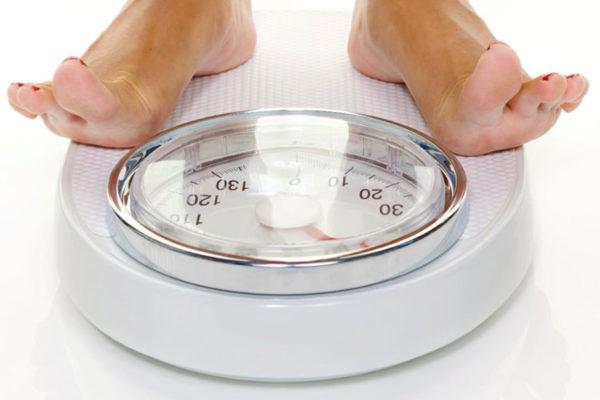 женщина на весах. Как похудеть с помощью каннабиса