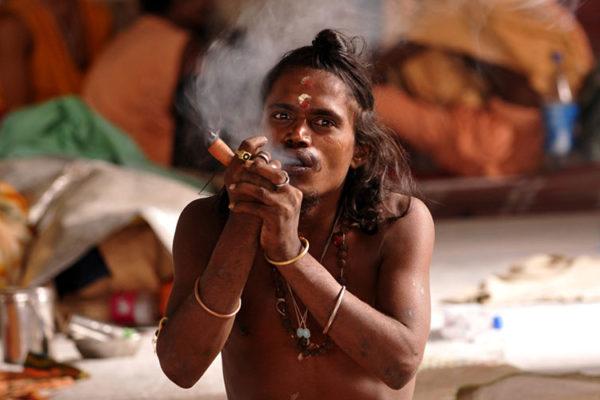 индийский монах курит марихуану фото