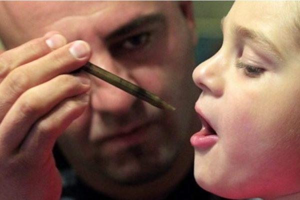 доктор дает ребенку масло каннабиса