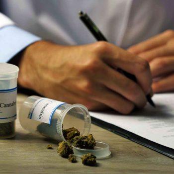 доктор выписывает рецепт на медицинскую марихуану фото